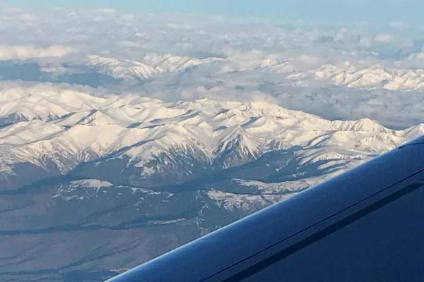 Flug über die tief verschneiten Pyrenäen